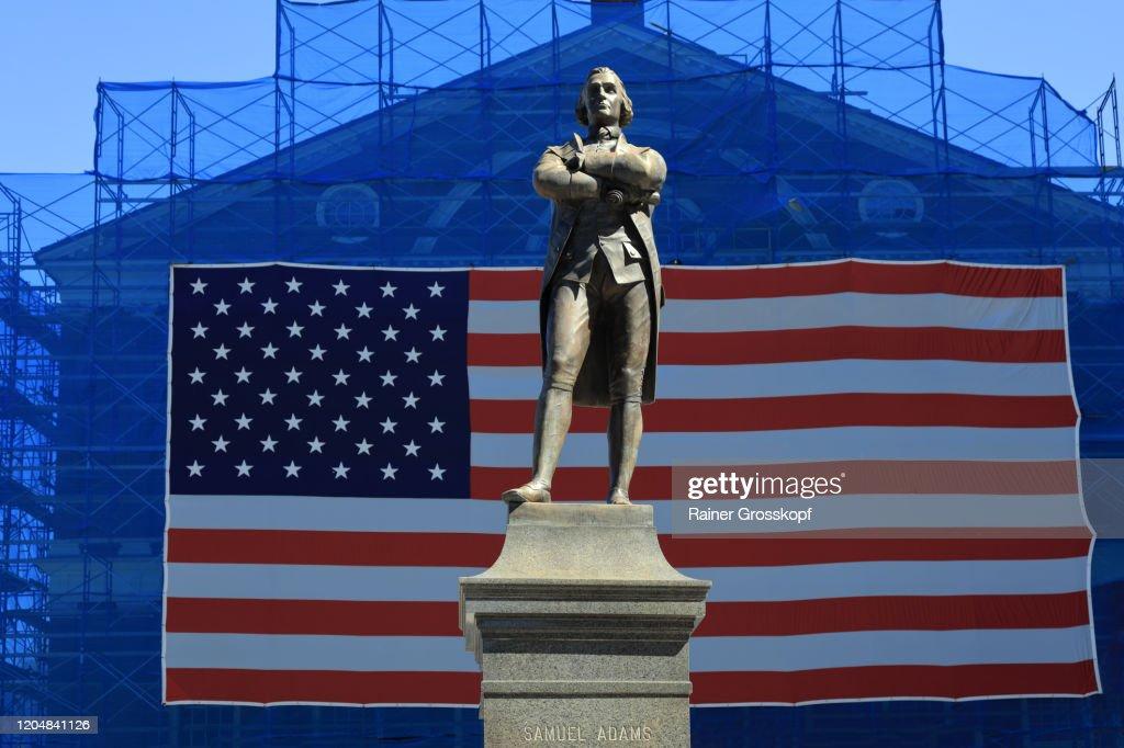 Samuel Adams Statue in front of a big American flag : Stock-Foto
