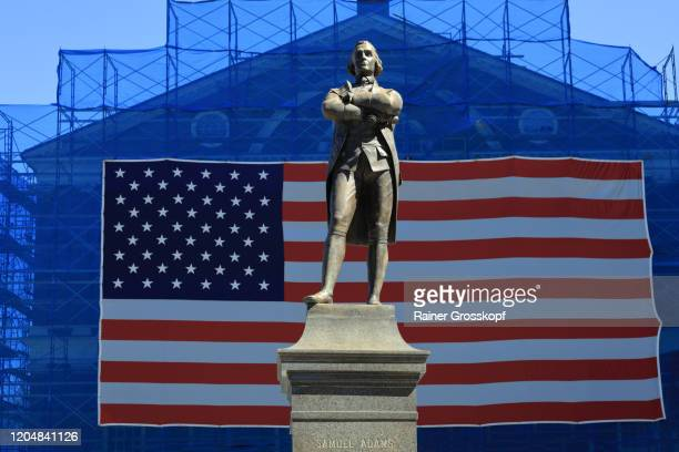 samuel adams statue in front of a big american flag - rainer grosskopf foto e immagini stock