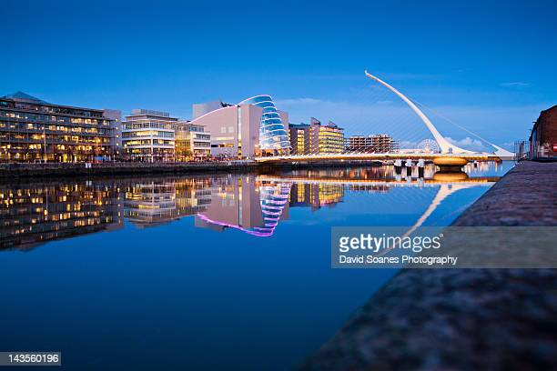 samuel beckett bridge at dusk - dublin stock pictures, royalty-free photos & images