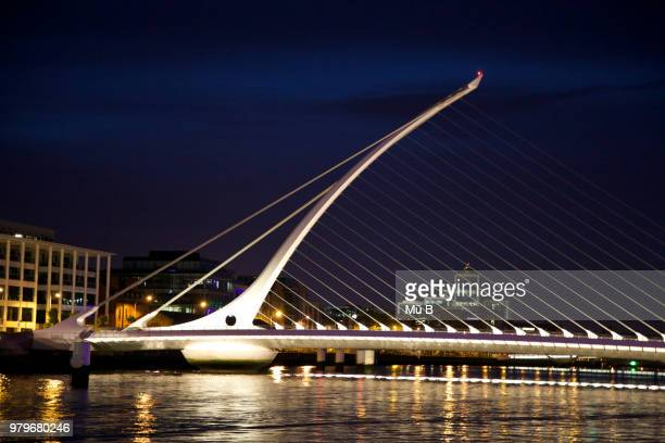 samuel beckett bridge bei nacht - nacht stock pictures, royalty-free photos & images