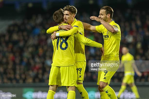 Samuel Castillejo of Villareal celebrates his goal with his teammates during the UEFA Europa League Quarter Final second leg match between Sparta...