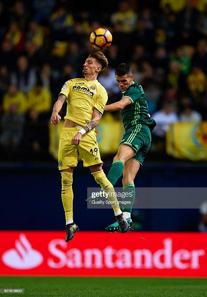 Samuel Castillejo (L) of Villarreal competes for the ball with Alex Martinezof Betis during the La Liga match between Villarreal CF and Real Betis at El Madrigal on November 06, 2016 in Villarreal, Spain.