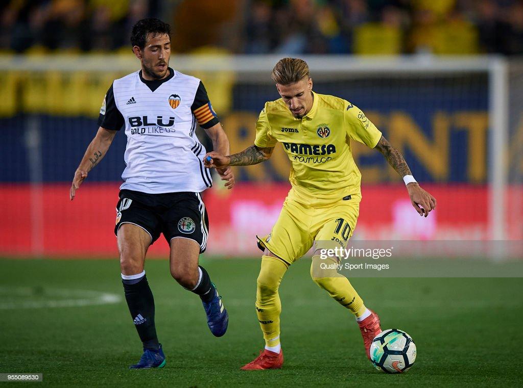 Samuel Castillejo (R) of Villarreal competes for the ball with Daniel Parejo Valencia during the La Liga match between Villarreal and Valencia at Estadio de la Ceramica on May 5, 2018 in Villarreal, Spain.