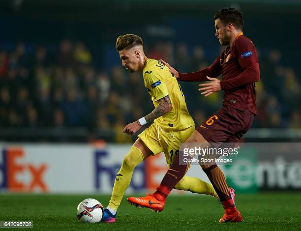 Samuel Castillejo of Villarreal competes for the ball with Kevin Strootman of Roma during the UEFA Europa League Round of 32 first leg match between...