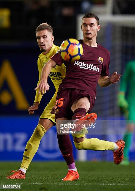 Samuel Castillejo of Villarreal competes for the ball with Thomas Vermaelen of Barcelona during the La Liga match between Villarreal and Barcelona at...
