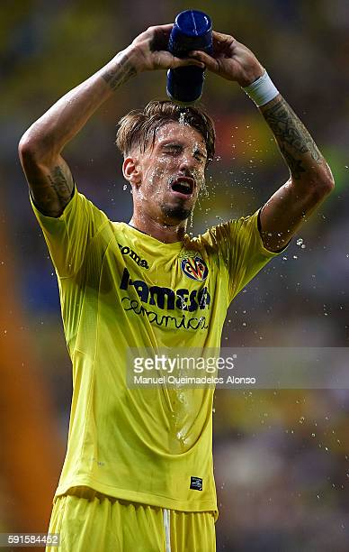 Samuel Castillejo of Villarreal cools down with water during the UEFA Champions League playoff first leg match between Villarreal CF and AS Monaco at...