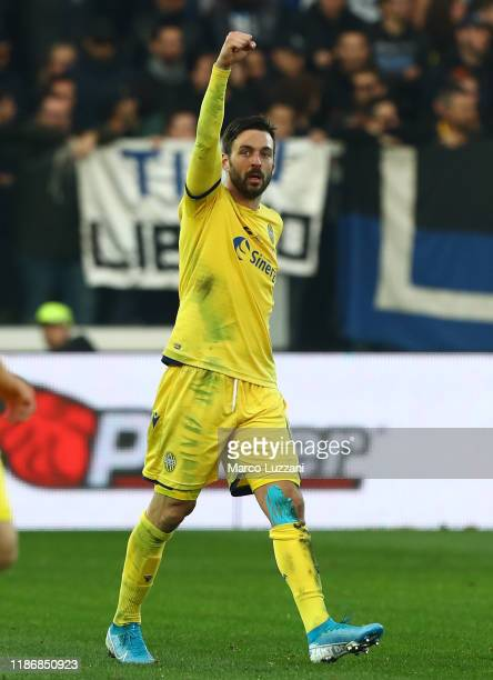 Samuel Di Carmine of Hellas Verona celebrates his second gol during the Serie A match between Atalanta BC and Hellas Verona at Gewiss Stadium on...