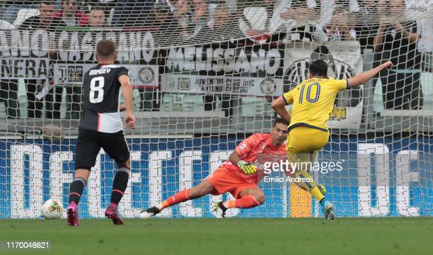 Samuel Di Carmine of Hellas Verona misses a penalty kick during the Serie A match between Juventus and Hellas Verona at Allianz Stadium on September...
