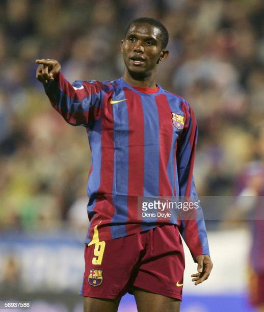Samuel Eto'o of Barcelona makes a point to a teammate during a Primera Liga match between Real Zaragoza and Barcelona at the Romareda stadium on...
