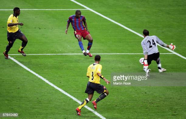Samuel Etoo of Barcelona scores the equalising goal during the UEFA Champions League Final between Arsenal and Barcelona at the Stade de France on...