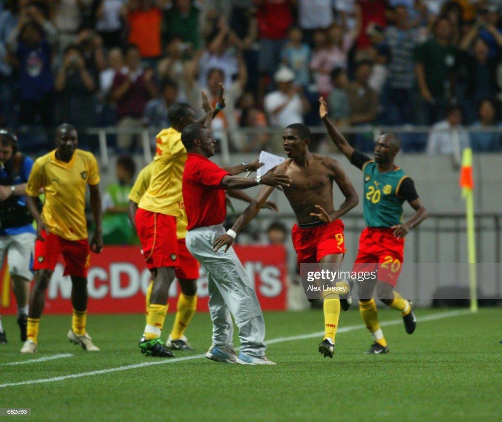 Samuel Eto'o of Cameroon celebrates : News Photo