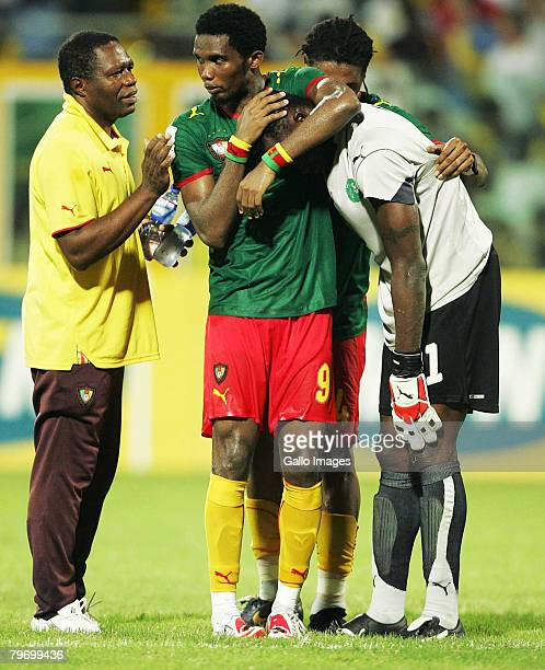 Samuel Eto'o of Cameroon consoles his teammate goalkeeper Carlos Kameni after their team's 01 defeat at the end of the AFCON Final match between...