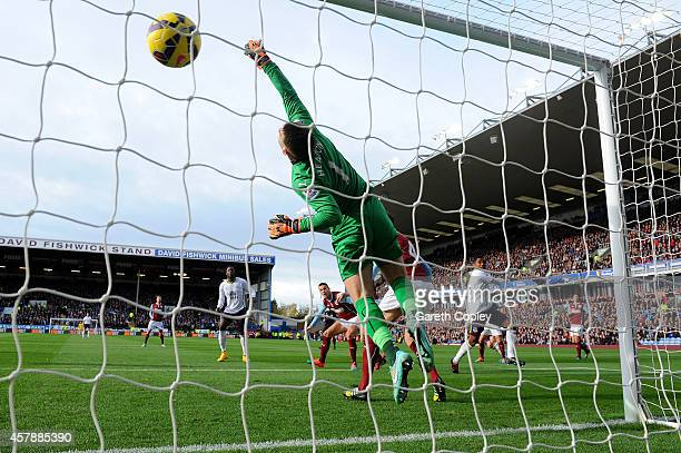 Samuel Eto'o of Everton scores the opening goal past Thomas Heaton of Burnley during the Premier League match between Burnley and Everton at Turf...