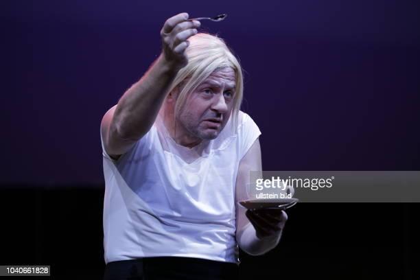 Samuel Finzi, Deutschland, Berlin, Deutsches Theater, Fotoprobe: Die Zofen von Jean Genet, Regie Ivan Panteleev, Bühne/Kostüme Johannes Schütz,...