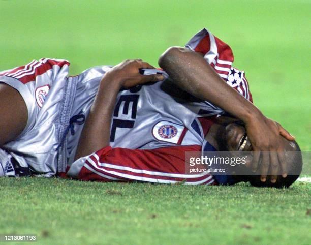 Samuel Kouffour vom FC Bayern München liegt am nach der Niederlage seiner Mannschaft im ChampionsLeagueFinale gegen Manchester United im Cam...