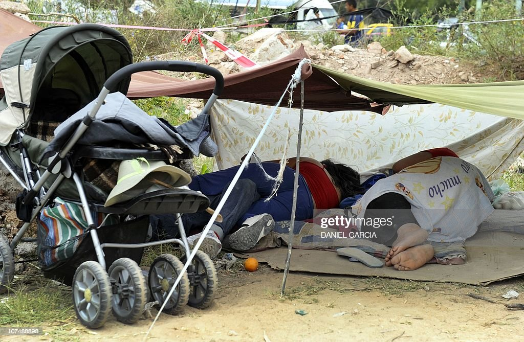 SAMUELSquatters rest in a makeshift tent on December 9 2010 in Buenos Aires Some 2000 shantytown & Liliana Garcia Stock Photos and Pictures | Getty Images