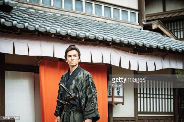 日本の伝統的な村で侍
