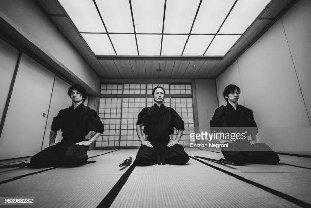 samurai training in a traditional dojo, in tokyo - cérémonie photos et images de collection