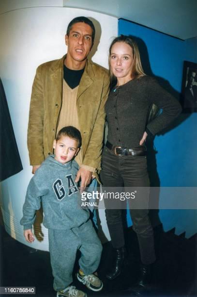 Samy Naceri, Marie Guillard et leur fils à Paris le 11 février 1999, France.
