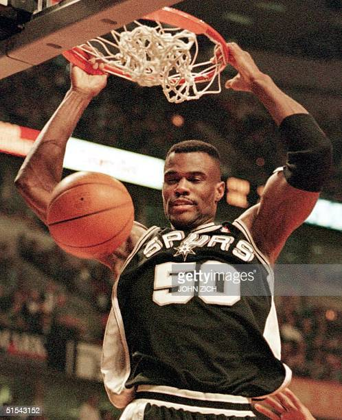 San Anonio Spurs' center David Robinson dunks the ball for two of his eight first half points against the Chicago Bulls 25 February 2000 at the...