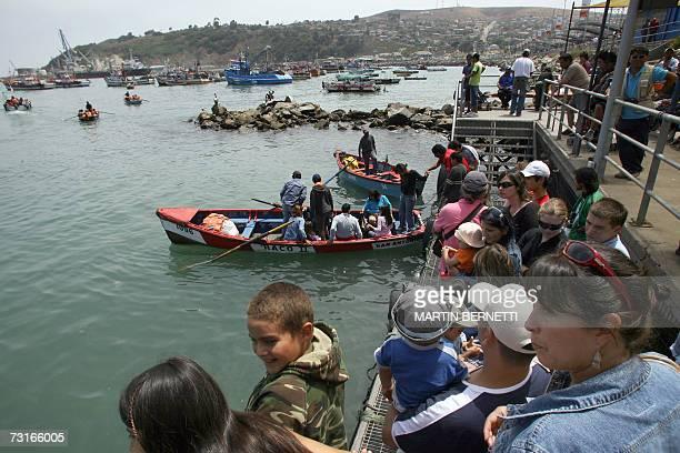 ACOMPANA NOTA Cientos de turistas esperan para poder abordar varias embarcaciones que realizan paseos por el puerto de San Antonio considerado el...