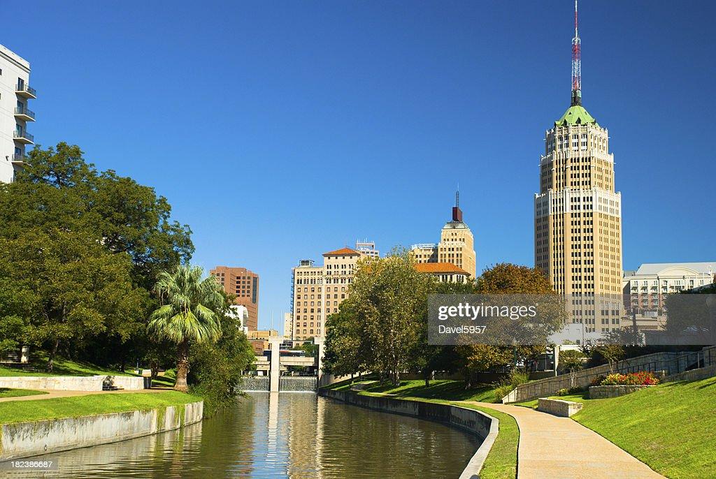 Do centro da cidade de San Antonio e do Riverwalk : Foto de stock