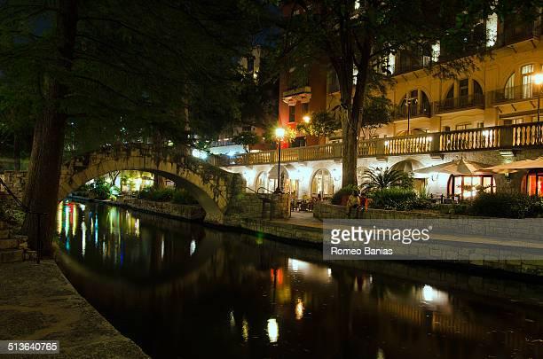 san antonio riverwalk at night - san antonio river walk stock pictures, royalty-free photos & images