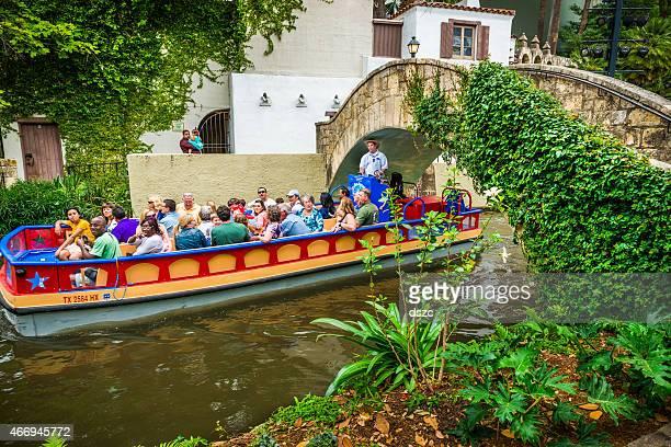 san antonio riverwalk park walkway, scenic canal, tour boat. texas - san antonio river walk stock pictures, royalty-free photos & images