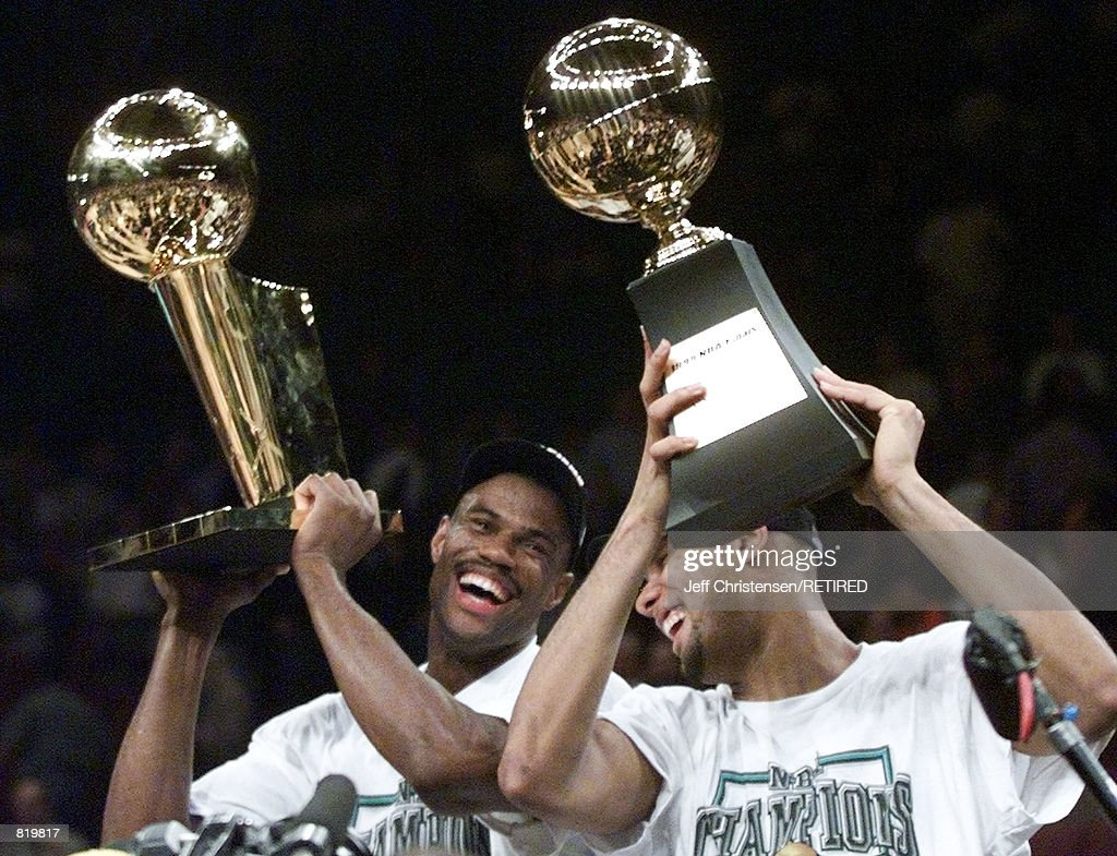 David Robinson holds the NBA Championship trophy with Tim Duncan : News Photo