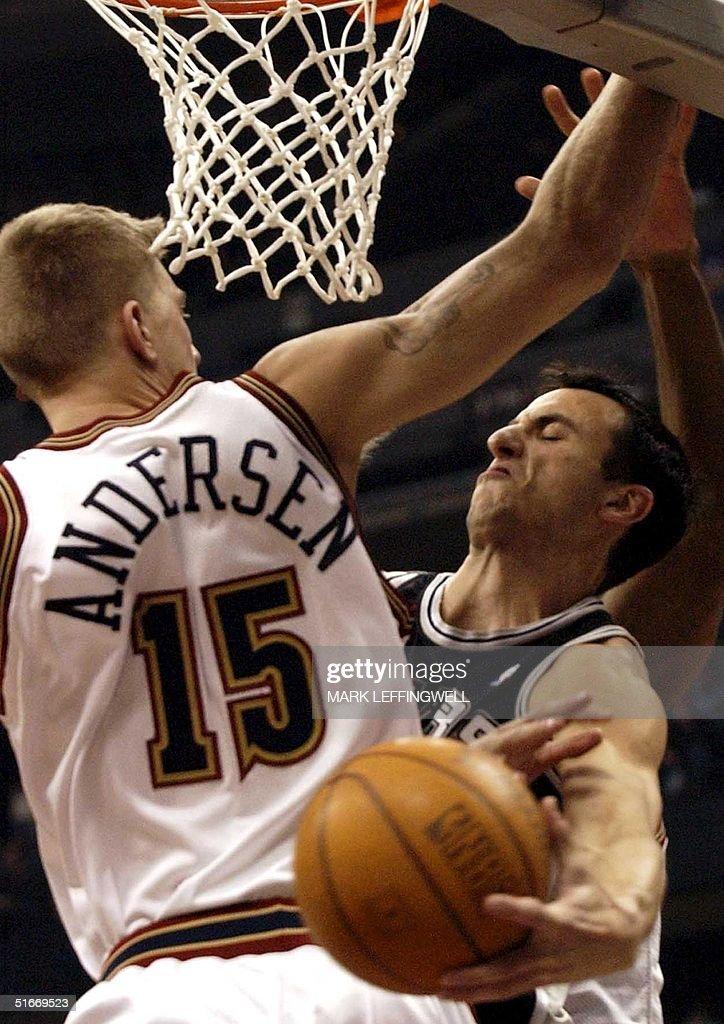San Antonio Spurs' Emanuel Ginobili (R) hooks the : News Photo