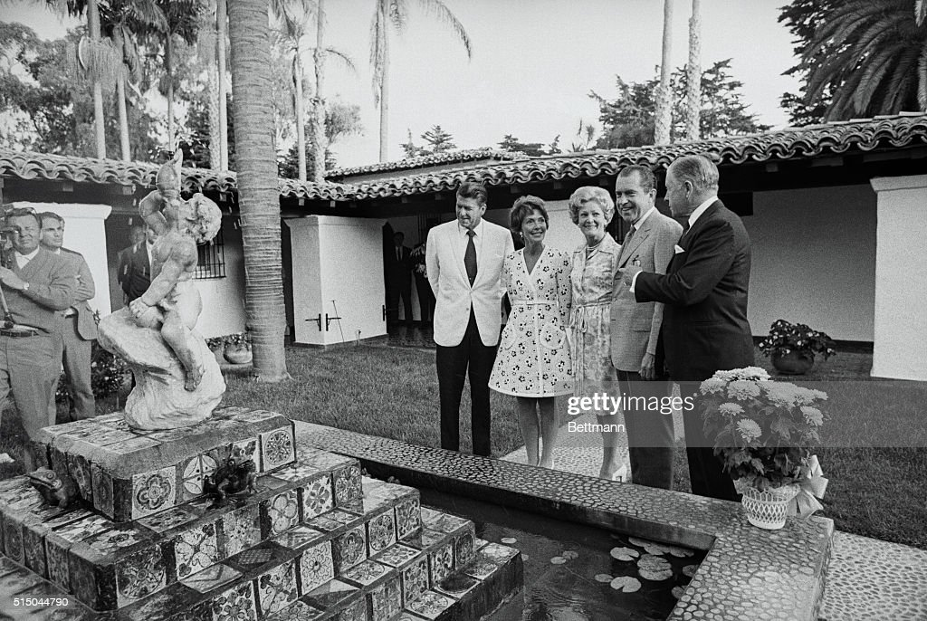 President Nixon Speaking with Colleagues : News Photo