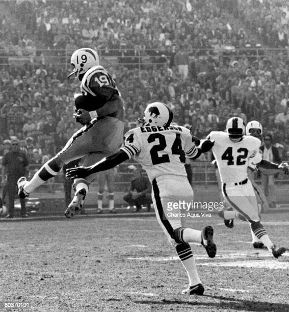 San Diego Chargers wide receiver Lance Alworth inducted into the Pro Football Hall of Fame's class of 1978 makes a leaping catch in front of Buffalo...