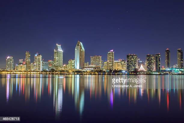 san diego skyline and reflections at night - san diego - fotografias e filmes do acervo
