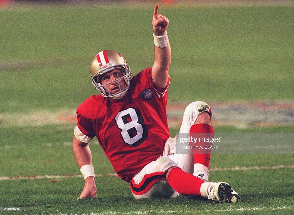 San Francisco 49er quarterback Steve Young points : ニュース写真