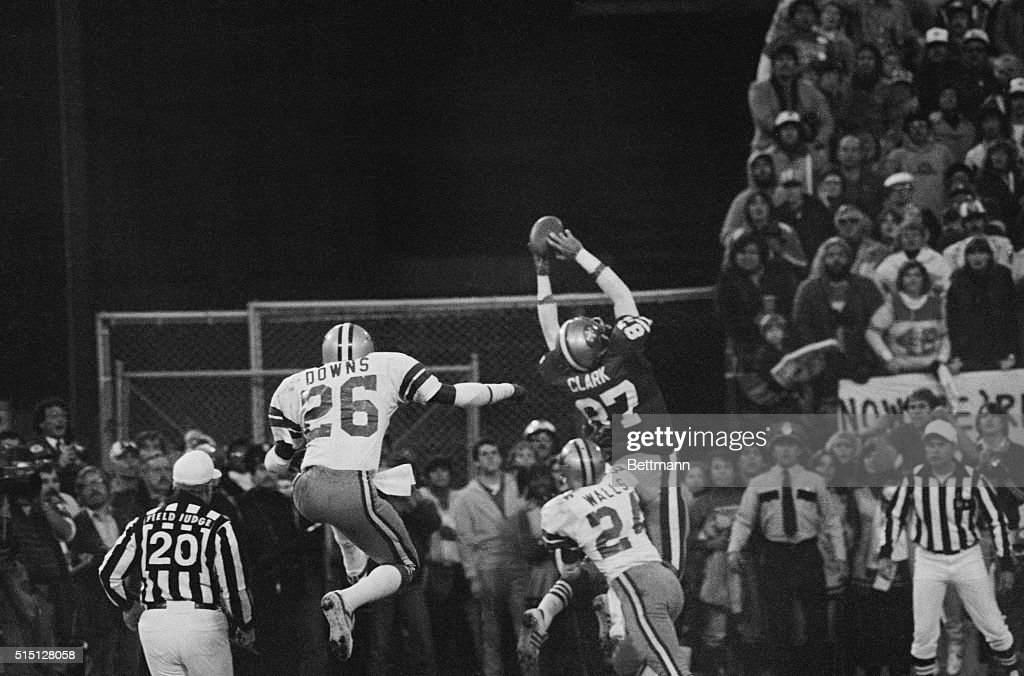 Dwight Clark in Air During Game : ニュース写真