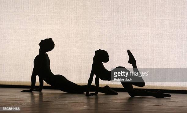 san francisco ballet company dancers performing continuum - robbie jack stockfoto's en -beelden