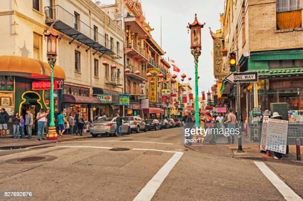 サンフランシスコのチャイナタウン ビューを多くの人で賑わっています。