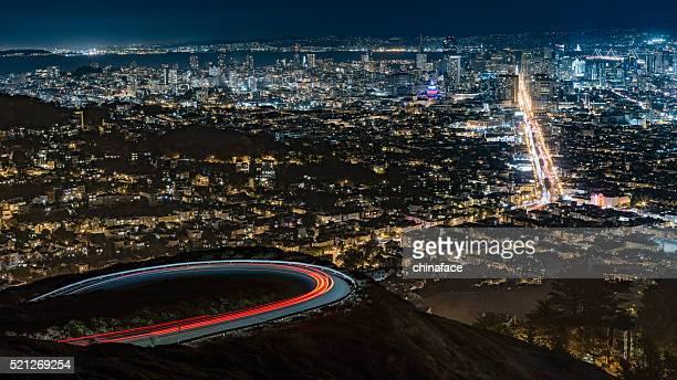 夜のサンフランシスコの街並み