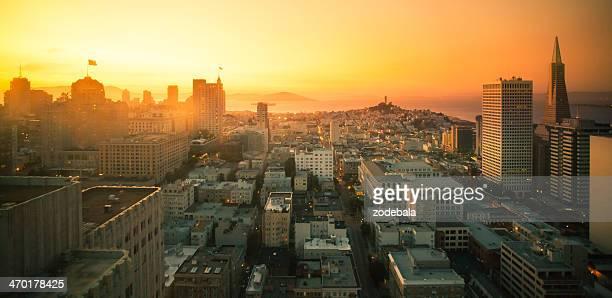 Vista aérea del centro de la ciudad de San Francisco al atardecer, California