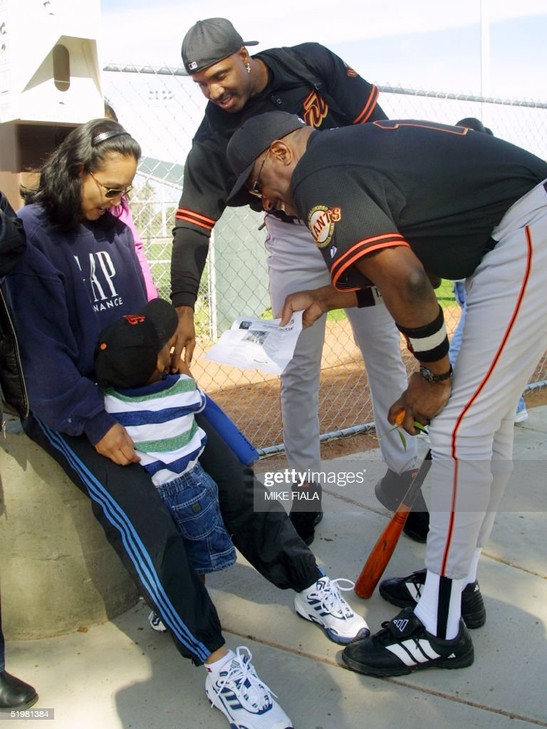 San Francisco Giants manager Dusty Baker (R) shows : News Photo