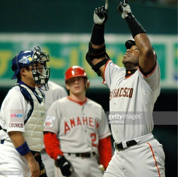 San Francisco Giants outfielder Barry Bonds reacts as he returns to the homebase after hitting a tworun homer during the first inning of a game...
