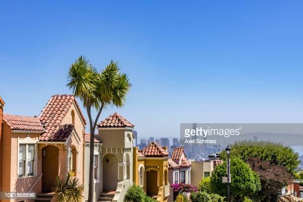 San Francisco neighbourhood with view on skyline