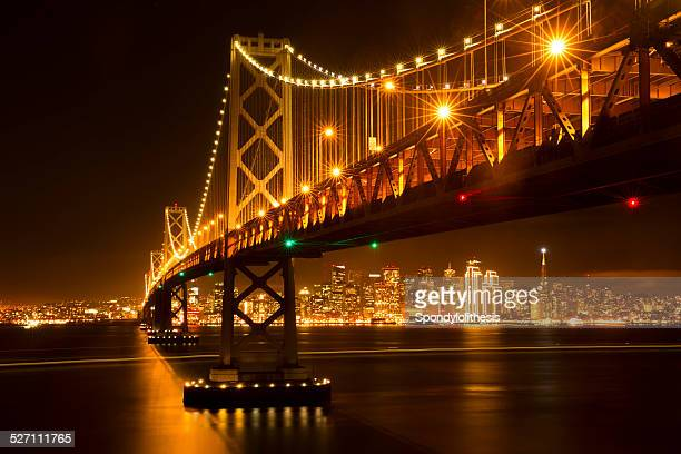 La ville de San Francisco et le Bay Bridge de nuit