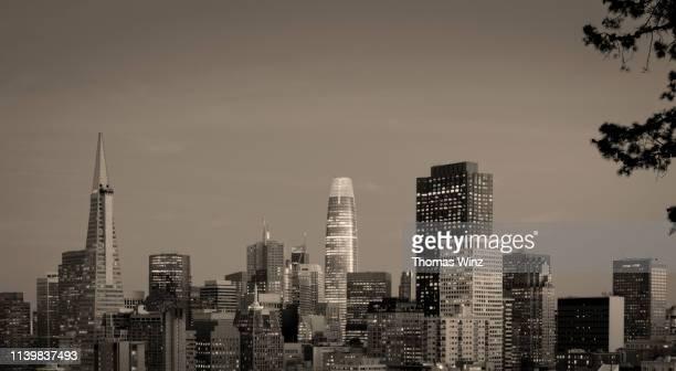 san francisco  skyline at dusk - サンフランシスコ金融地区 ストックフォトと画像