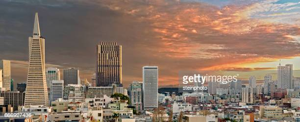 san francisco skyline at dusk - pyramid shapes around the house stock pictures, royalty-free photos & images
