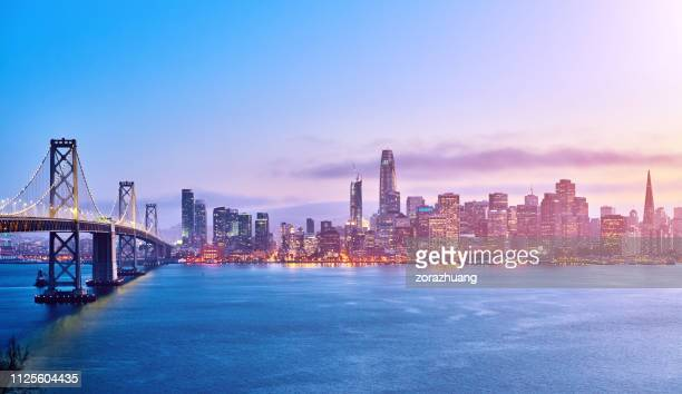 san francisco skyline på solnedgången, kalifornien, usa - san francisco kalifornien bildbanksfoton och bilder