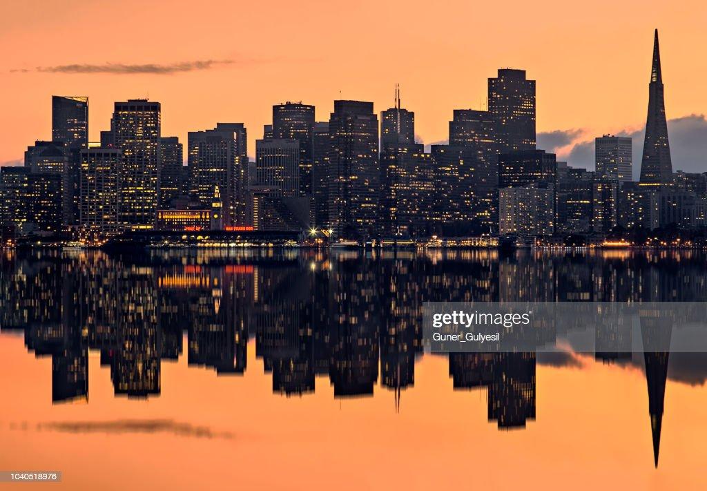 夕暮れ San サンフランシスコのスカイライン : ストックフォト