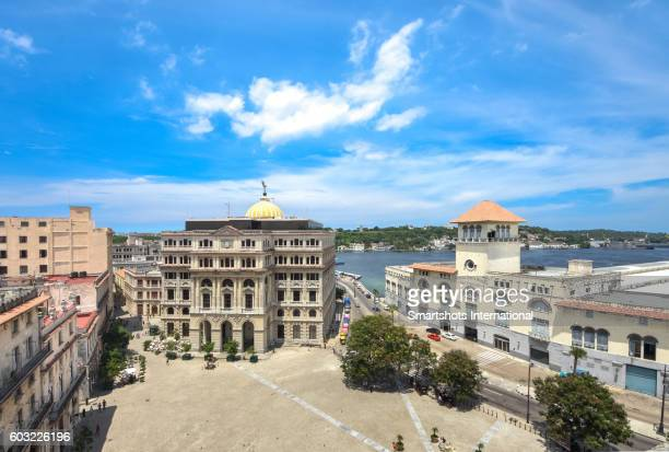 "san francisco square in old havana, with ""lonja del comercio"" and ""terminal sierra maestra"", havana, cuba - 旧市街 ストックフォトと画像"