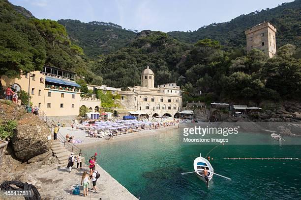 san fruttuoso sulla riviera di levante, italia - abbazia foto e immagini stock