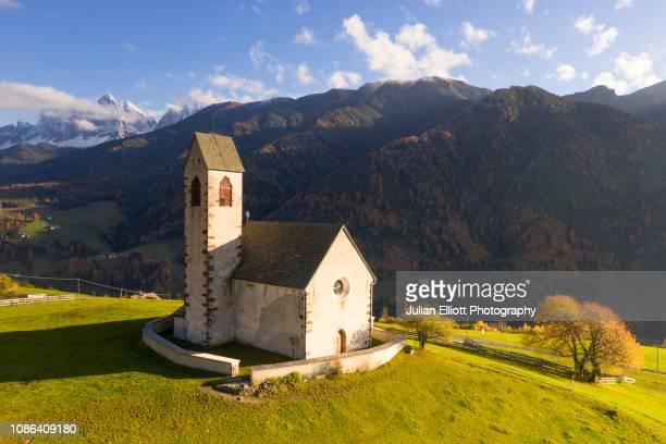san giacomo church in the val di funes, italy. - alto adige imagens e fotografias de stock